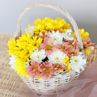 Корзина цветов из кустовых хризантем