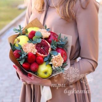 fruktovyj-buket-iz-yablok-i-gvozdik